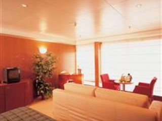 Описание на каюта Голям апартамент с балкон - Категория GS на круизен кораб Costa neoROMANTICA – обзавеждане, площ, разположение