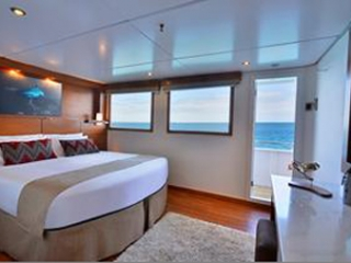 Описание на каюта Elite Ocean View Stateroom - категория XE на круизен кораб Celebrity Xploration – обзавеждане, площ