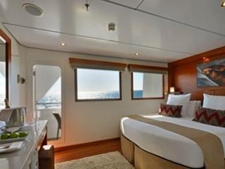 Описание на каюта Junior Suite – малък апартамент, категория XJ на круизен кораб Celebrity Xploration – обзавеждане, площ