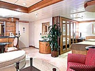 Описание на каюта Owner's Suite - 1 Bedroomy - категория OS на круизен кораб EXPLORER Of The Seas  – обзавеждане, площ
