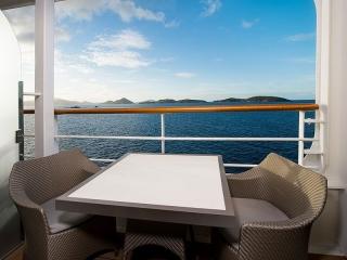 Описание на каюта Club Deluxe Veranda Stateroom - луксозна балконска каюта - категория VX на круизен кораб Azamara Quest – обзавеждане, площ